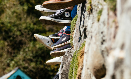 Schuhe an einer Mauer, Foto by James Baldwin via unsplash.com